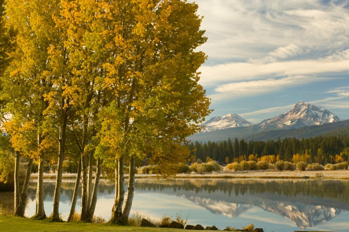 Image of a lake in autumn overlooking the distant Cascade mountains, Black Butte Ranch, Oregon, USA